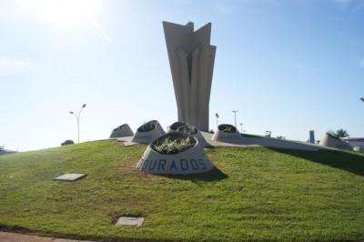 Monumento ao Colono homenageia pioneiros que ajudaram a construir toda a Grande Dourados, terra em que se passa a história narrada por Mazé (Foto: André Bento)