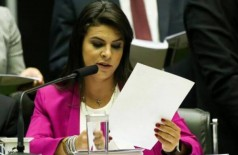 A deputada Mariana Carvalho lê denúncia da PGR contra o presidente  Temer (Foto: Marcelo Camargo/Agência Brasil)