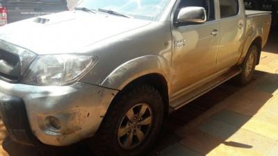 A caminhonete tomada em assalto, na Rua Antônio Emílio de Figueiredo, em Dourados --- (Foto: divulgação/DOF)