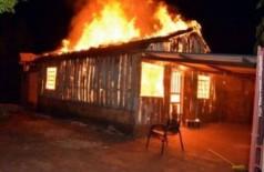 Residência de madeira ficou totalmente destruída pelo fogo (Foto: Ribero Júnior / SiligaNews)