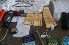 Equipamentos médicos, documentos supostamente falsificados, cédulas e arma falsificadas, foram apreendidos. (Foto: Receita Federal)