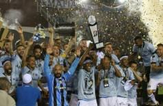 A equipe do Grêmio comemora a conquista da Libertadores --- Foto: AGUSTIN MARCARIAN / REUTERS