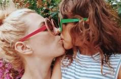 Stevie Niki deu beijo na boca da filha durante foto, mas ficou insegura de compartilhar o momento nas redes sociais (Foto: Instagram/mytribeofsix/Reprodução)