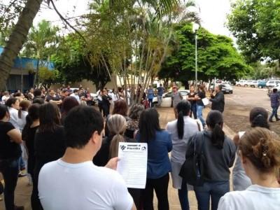 Trabalhadores reunidos em frente ao Hospital da Vida na manhã desta quinta-feira (11) (Foto: Adilson Domingos)