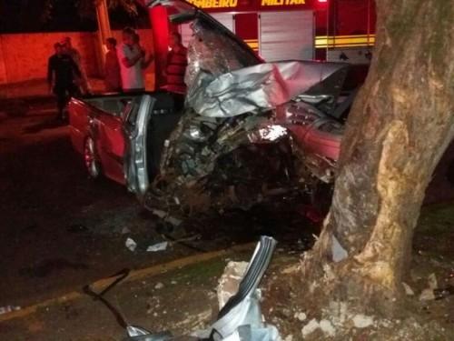 Com a colisão, o veículo ficou totalmente destruído (Foto: Osvaldo Duarte)