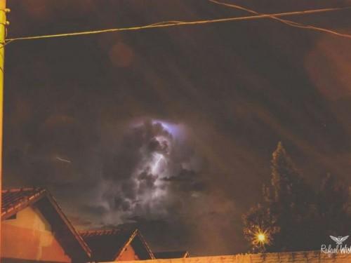 Imagens captadas na noite de ontem mostram clarões no céu de Dourados (Fotos: Rafael Wisley)