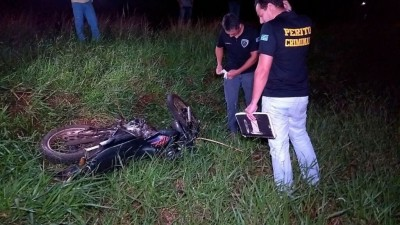 Homem morre ao bater moto em caminhão na MS-162 no dia 25 de fevereiro de 2018  (Fotos: Adilson Domingos)