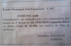 Bilhete assinado pela direção da escola reconhece falta de professores (Foto: Reprodução/Facebook)