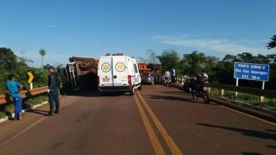 Carreta tombou em cima da ponte do rio São Domingos. Trânsito está interditado (Foto: divulgação)