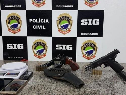 Revólver e pistola foram apreendidos em ações do SIG realizadas em Dourados (Foto: Divulgação/Polícia Civil)
