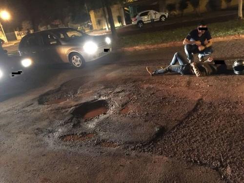 Acidente ocorrido no dia 15 passado teria sido causado por buraco no meio da rua em Dourados (Foto: 94FM/Arquivo)