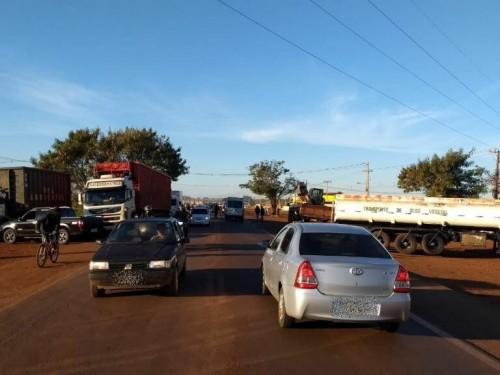 Veículos de passeio estão sendo liberados para passar e o congestionamento tem sido relativamente pequeno (Foto: divulgação/94FM)