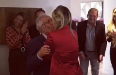 Carlos Alberto de Nóbrega beija Renata durante o casamento - Foto: Instagram / @drarenata_domingues