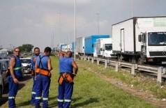 Paralisação dos caminhoneiros na Rodovia Presidente Dutra, no Rio de Janeiro (Foto: Tânia Rêgo/Agência Brasil)