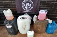 Galões cheios de gasolina foram apreendidos no lava-rápido do homem que acabou preso (Foto: Adilson Domingos)