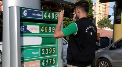 A ação do Procons Estadual é ampla ao exigir da empresa as notas de entrada e saída dos combustíveis e cupons de revenda dos produtos ao consumidor (Foto: Denílson Secreta).