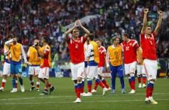 Camisa 2 da seleção da casa, Mário Fernandes, brasileiro naturalizado russo, comemora goleada sobre a Arábia saudita (Yuri Kochetkov/EFE/Direitos Reservados)