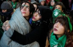 Terminada a votação, do lado de fora do Congresso, mulheres, em sua maioria jovens, se abraçaram e choraram com o resultado (Foto: Martin Acosta/Reuters)
