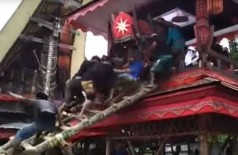 Homem morre esmagado pelo caixão de sua mãe na Indonésia; vídeo (Foto: reprodução/YouTube)