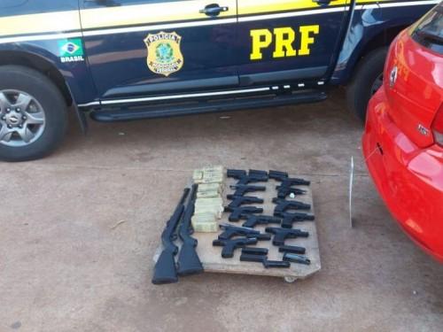 Armas, munições e dois carros foram apreendidas; duas pessoas acabaram presas (Foto: Divulgação)