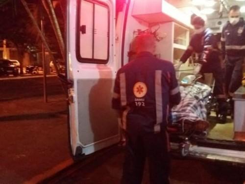 Vítima sendo atendida pelo Samu na noite de ontem (21) após ser baleada (Foto: Sidnei Bronka)