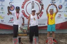 Itamar Viana (ao centro) e Anízio Silva (à direita) fizeram dobradinha nos primeiros lugares da maratona (Foto: Reprodução/Facebook)