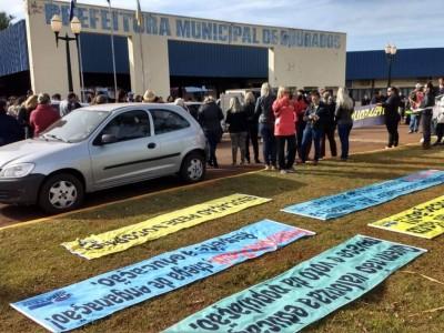 Servidores da rede municipal de ensino protestam em frente à prefeitura (Foto: divulgação/Simted)