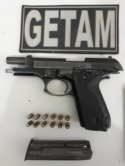 O acusado foi autuado em flagrante pelo porte ilegal de arma de fogo (Foto: reprodução/Getam)