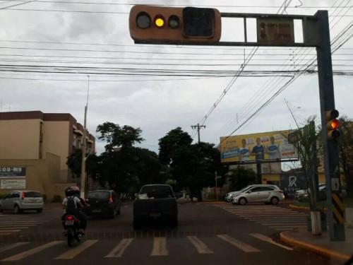 Semáforo na esquina da Rua Monte Alegre com Avenida Presidente Vargas já passou fim de semana estragado (Foto: Arquivo/94FM)