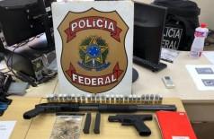 Uma espingarda calibre 12 e uma pistola de calibre 9mm foram apreendidas no local (Foto: Divulgação/PF)