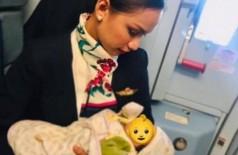 Patrisha Organo amamenta bebê de passageira Foto: Reprodução/Facebook(Patrisha Organo)