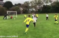 Pai empurra o filho para tentar evitar gol e viraliza na web - Foto: Reprodução/ Twitter