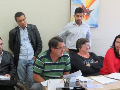 Rosenildo (de camiseta listrada) quer voltar ao cargo comissionado que ocupava para manter salário (Foto: 94FM)