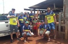Grupo realizando a entrega de cesta básica em bairro de Dourados - Foto: divulgação