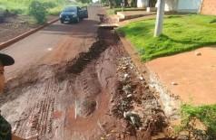 Morador no Canaã I cobra prefeitura por buraqueira que impede trânsito no bairro (Foto: Reprodução/Facebook)