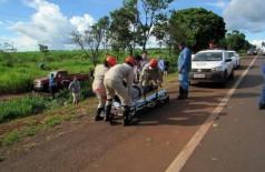 Vítimas foram lançadas para fora do veículo após capotamento (Foto: Rodrigo Rodrigues/Nova Alvorada News)