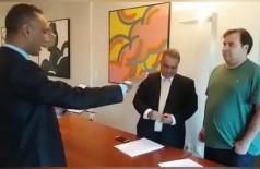 Coringa (à esquerda) toma posse como deputado federal para mandato-tampão. (Foto: Reprodução)