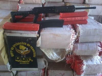 Droga e arma foram apreendidas em ação policial em MS (Foto: Divulgação/DOF)