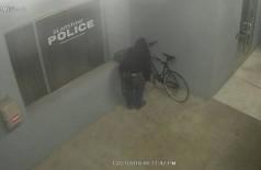 Ladrão tenta roubar bike em - DP Foto: Reprodução/Facebook (Gladstone Police Department)