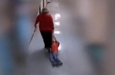 Professora arrasta aluno com autismo por corredor de escola e é demitida (Foto: reprodução/Facebook)