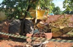 O homem havia feito uma escora com uma madeira que não suportou - Foto: Reprodução/Rio Verde de MS