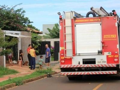 Família chamou Corpo de Bombeiros após criança atear fogo em sofá (Foto: Marina Pacheco)