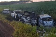 Uma Ford Triton, uma VW Amarok, um Jeep Renegade e veículo passeio, possivelmente, usados pelos autores foram encontrados queimados. Foto: Direto das Ruas)