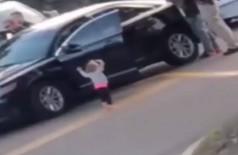 Criança caminha com as mãos pra cima após pais serem presos (Foto: Reprodução Facebook)