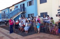 Moradores protestaram, na semana passada, em frente ao residencial (Foto: reprodução)