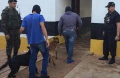 Policiais com cães farejadores entram no presídio feminino de Ponta Porã (Foto: Porã News)