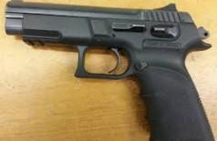 Mulher é presa após encontrar marido na casa de outra e realizar disparos de arma de fogo