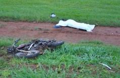 Motociclista teve parte do crânio esmagado e morreu na hora. (Foto: O Correio News)