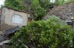 Deslizamento atingiu varanda da casa (Foto: Anderson Gallo/Diário Corumbaense)