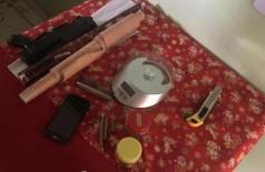 Petrechos que eram usados pelos suspeitos para fracionamento da maconha. (Foto: Reprodução/PorãNews)